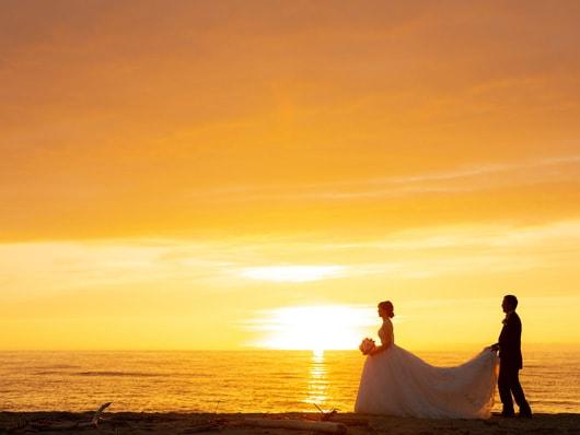 夕日が見える砂浜でのウエディングフォト